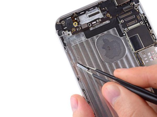 iPhone 6 Plus – Thay thế nút điều khiển âm thanh và nút chuyển đổi Rocker